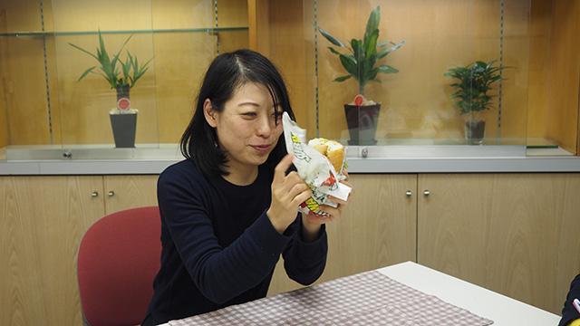古賀さんが持ってきたのはサブウェイのサンドイッチ。包み紙がうるさいらしいが60dB付近で伸びず。