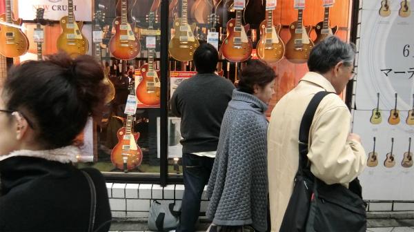 写真は「楽器を欲しがる海外の少年」をイメージしたもの。