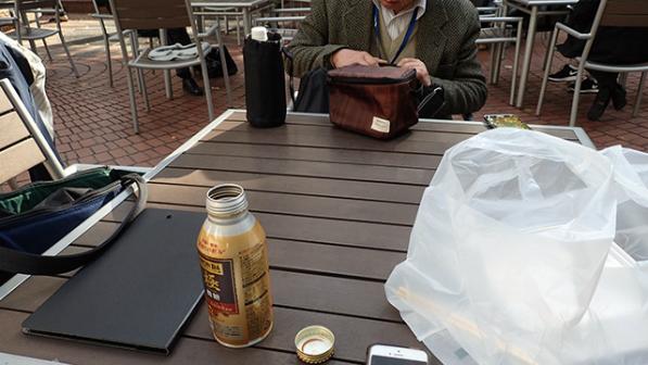 この日向かいに座ったおっさんはお弁当持参でした。