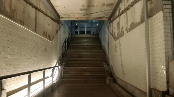 昔の階段や壁タイルもそのまま。