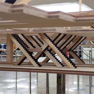 京王線ホームの特徴的な階段も再現。しりあがり寿さんの流星課長でもこの階段を駆け下りていた。