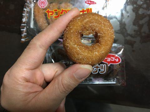 安くドーナツを楽しみたい方は4個入りで50円程度のヤングドーナツを!