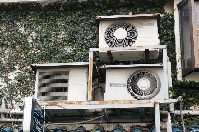 家庭用の室外機は、基本的にどのメーカーも似たような見た目になっている