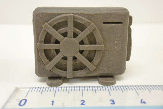 幅はなんと4cmである。陶器でこのディテールが出せるなんて