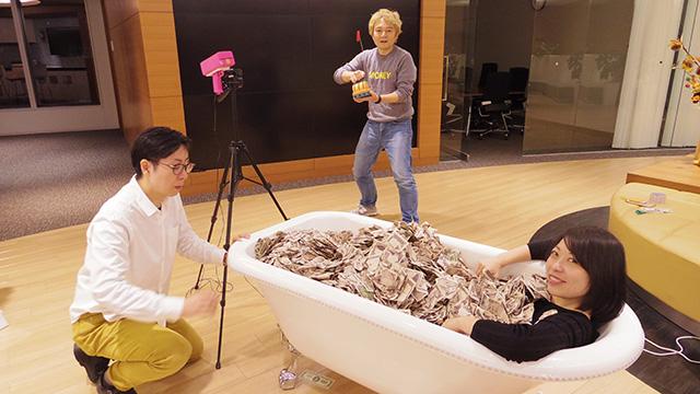 古賀さん、最新の札束風呂を体験