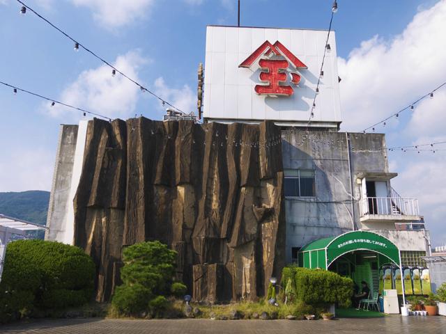 長崎の佐世保のにあるThe屋上遊園地を訪問。神社、ビアガーデン、滝、屋上モノレールまである素敵な屋上物件だった。滝に水が流れるのは夏のみなので、夏に行きたい