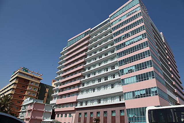 新しめの病棟。高級ホテルのような設備でコンシェルジュもいる。