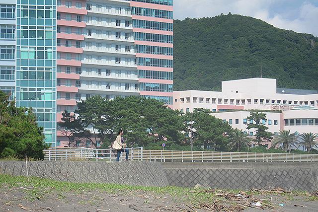 ここに写ってる建物は全部亀田病院。真ん中に写ってるのは妻だが、木の枝を持って「大魔法使いになった気分で海を眺めていた」と言っていた。訳がわからない。