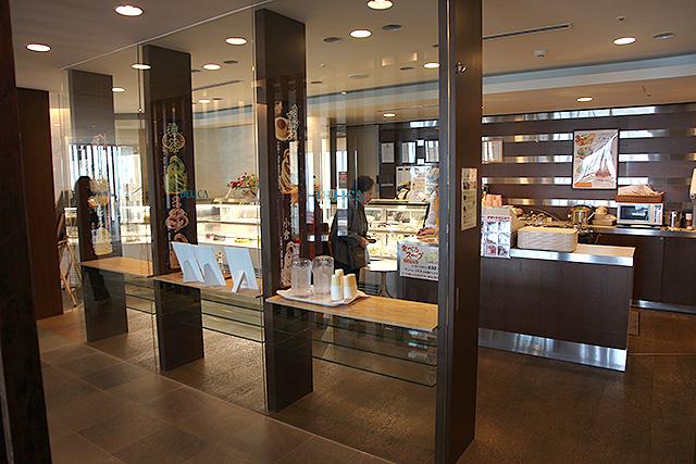 今の亀田病院最上階にあるケーキ屋さん。美容院、コンビニ、ギフトショップなど、一つの街が収まっている。