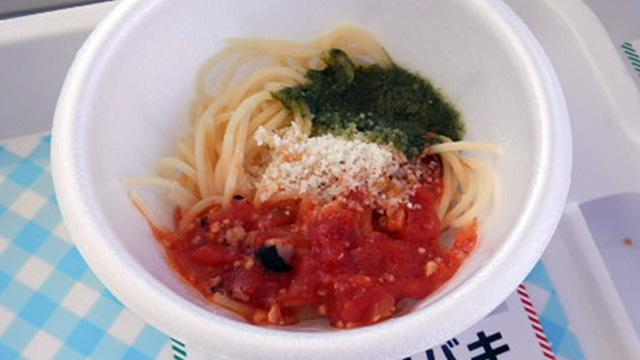 トマトソースとジェノベーゼのトリコロールスパゲッティ