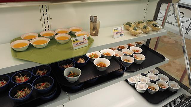 小鉢も落ち着く品揃え。そういえば納豆って学食には無かったかも。逆にケーキなぞという若者むけのデザートは無い。