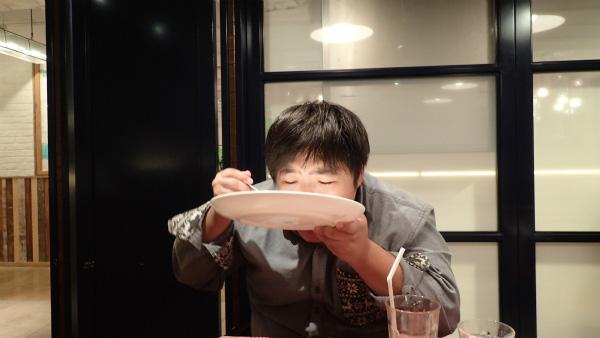 祝いのときの食べ方。お相撲さんがお酒を飲むときと同じ。