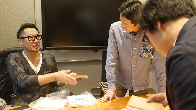 岩本さんは銀座の洋食の名店キャンドルを祖父母の代から復活させた。当時の資料を持ってきていただいた