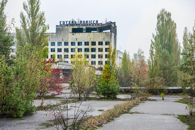 「中央広場」というかつての街の中心部。そこにはこういうホテルの廃虚があったり!