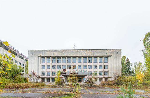 ホテルの隣にあるのはオフィスビルの廃虚。原発事故後に処理作業の拠点になったという。