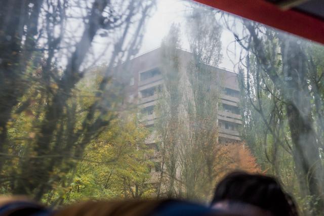 いよいよプリピャチ到着! ってとき、バスの車窓に団地が見えて大興奮するところからぼくのプリピャチ・ラブは始まった。ここここ、ここで! ととと、停めてくださってけっこうですよ!