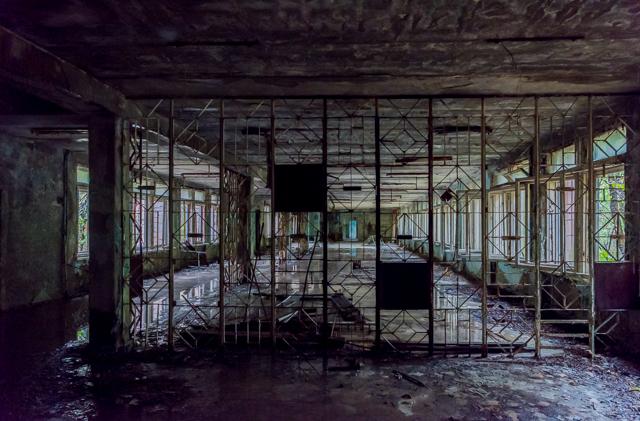 ザ・廃虚である。当然ガラスはすべて割れていて、雨風が吹き込んで室内には水たまりが。プールがあった建物の一画。そしてこの格子すてき。