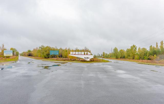 このすてきな標識の周辺、舗装されていないエリアは放射線量的に危険。