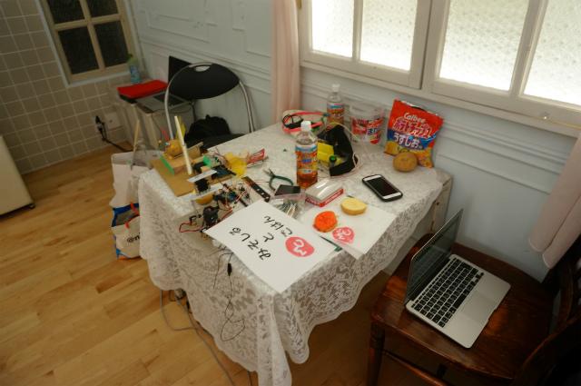 脇にあるメンテナンス用テーブルにはイモ類と工具が散乱。唯一、心おちつく景色。