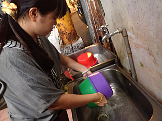 もう一つの洗面器をかぶせて、ガシャガシャ振って水を切る。