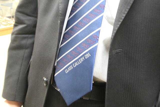 視力の測定には関係ないが、よく見たら校長のネクタイがメガネ柄。