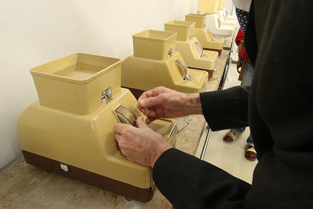 上の四角い桶はなんだと思ったら、ここに溜めた冷却水を流しつつ削るスタイルだった。