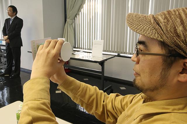 レンズをかざすとよく見える。メガネを初めてかけた時の感動、アゲイン。
