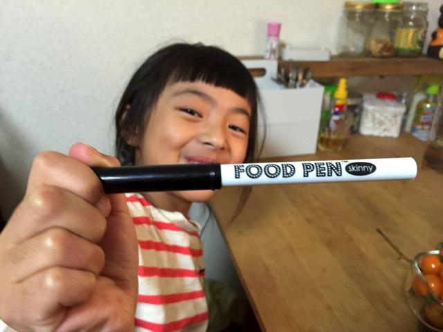 見たことないペンをもらって嬉しそうなキキさん(小1)。スムージーはこどもと楽しく作ろうと思い、親戚の家にお邪魔しています。