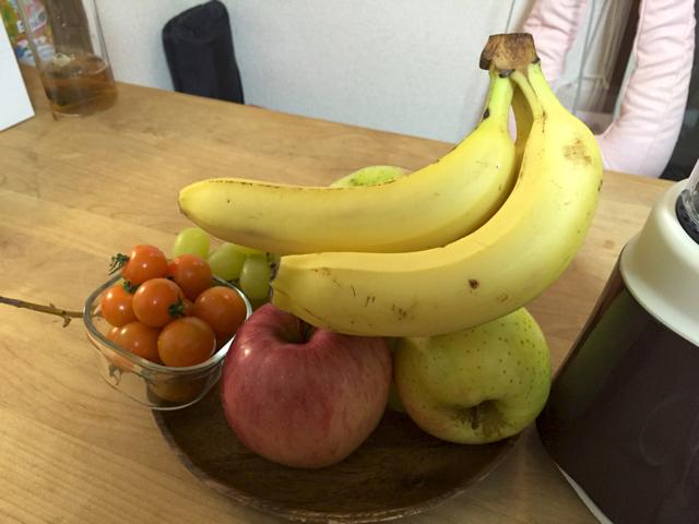そんな中選ばれし、バナナ(白いからいけそう)、りんご(皮になら書 けそう)、マスカット(薄緑ならいけそう)、オレンジトマト(黒が映えそ う)のみなさん。少ない。