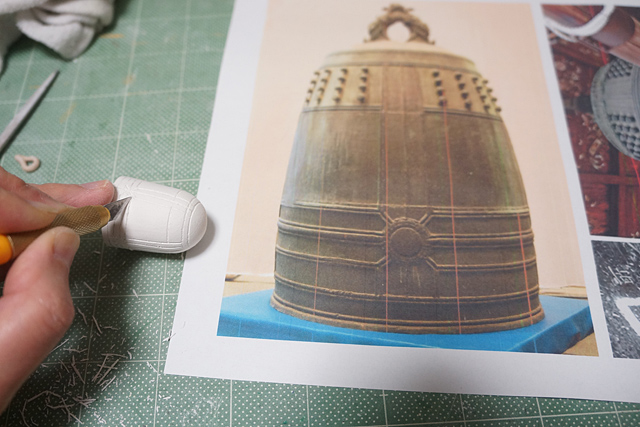 粘土で形を作って、線彫りだけしていくことに。なんだかR2-D2に似ているぞ。