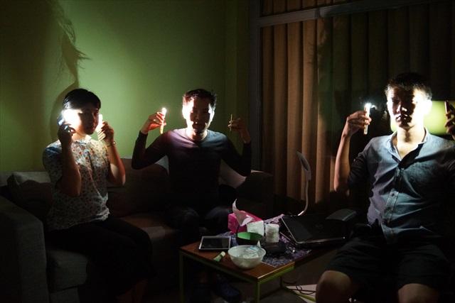 部屋の照明を落とすと、悪の組織の幹部っぽくなった。 ちょうど三人だから、「奴は我ら四天王の中でも最弱…」とか言ってそう。