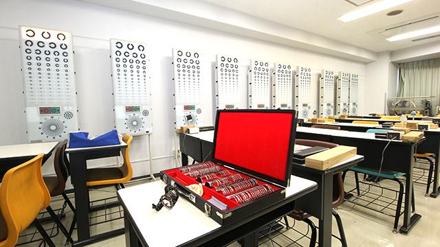 眼鏡の専門学校で眼鏡屋で働くための技術を見てきました。視力の測定やレンズを削り出す加工など、眼鏡屋さんがやってくれる「なんだかんだ」の部分がわかります。