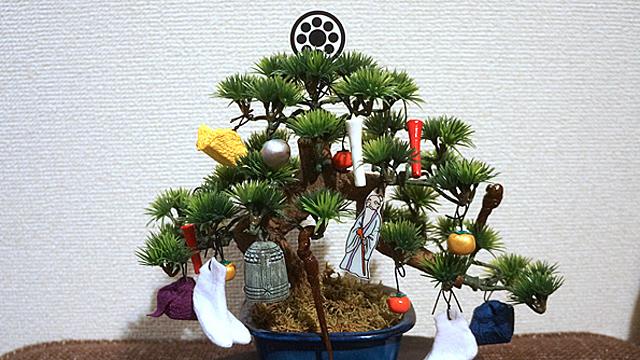 星の代わりに家紋、靴下の代わりに足袋…など和風オーナメントを作って盆栽にあしらえました。目利意・苦離棲魔巣!