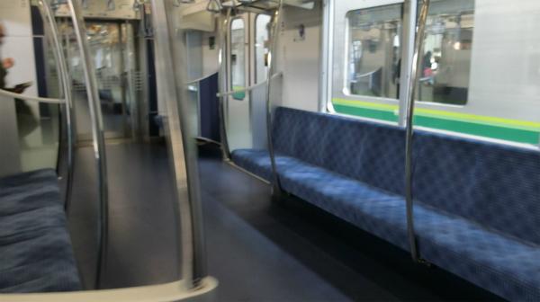 誰もいない瞬間を狙って撮影した写真。座席の模様と端の仕切りがおしゃれ。