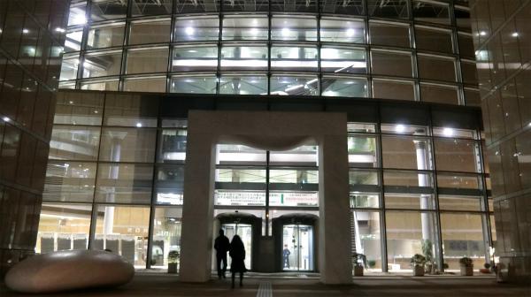 建物入り口。夜に行ったら思いのほか幻想的だった。