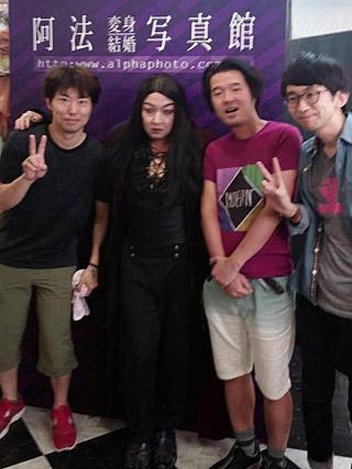 伝説のインディーズバンド『FAN☆叶夢』のボーカルとそのおっかけ。みたいな写真。