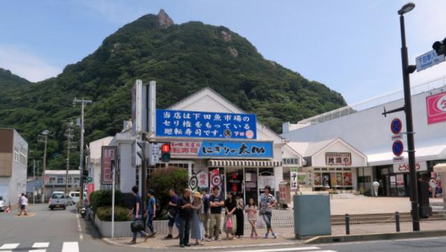 下田の駅前の回転寿司