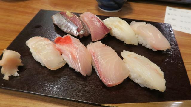 伊東で食べた地魚握り一人前。全部うまいが金目がやはりとびぬけてうまい