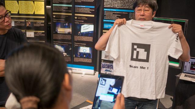 マーカーを読み込むとツイートが出てくるシャツ