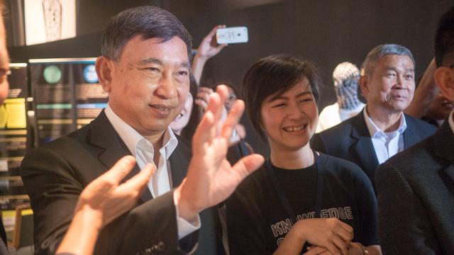 小堺さんのデカ顔に向かって手を振ってる!