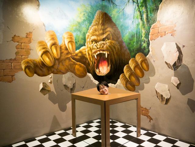 キングコングも生首になる台もトリックアートとしては「あるある」だが組み合わされてるのは珍しい気がする