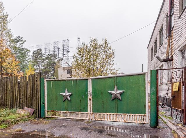 この門もいかにも旧ソ連っぽい。が、その向こうに見える雄姿にもう鼻血が出そう。
