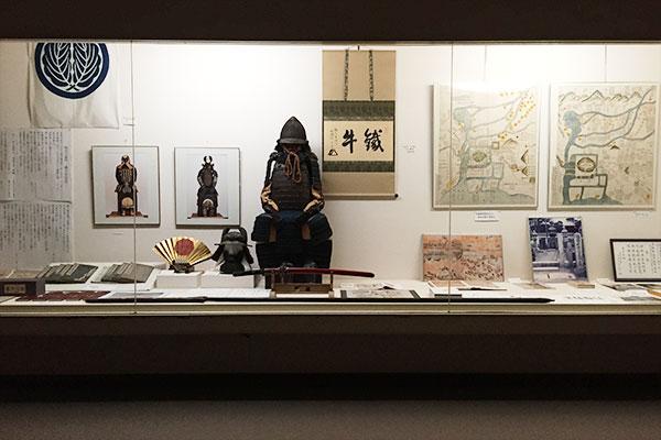 団右衛門の鎧、兜、槍は常設展示。あとは江戸時代に描かれた、大坂冬の陣(左)、夏の陣(右)の陣図(スペースの関係で左が北になっており、冬の陣のほうの右方には真田丸がある)