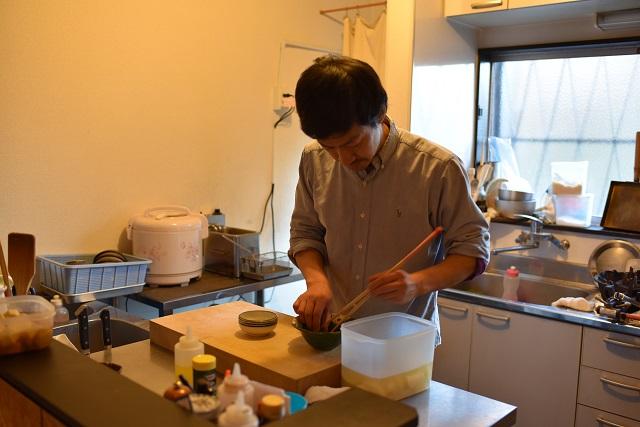 その日の野菜や魚を仕入れたらすぐ仕込み。料理人は朝から忙しい