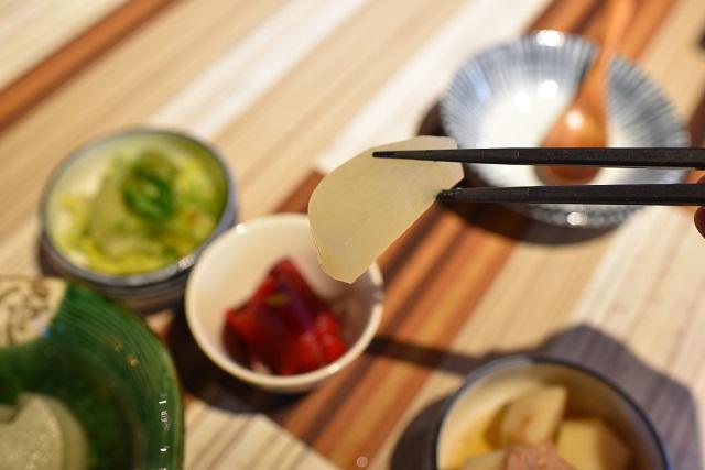 白しょうゆで煮たダイコン。表面に和だしの味をまとわせつつ、ダイコンそのものの甘みや風味をしっかりと感じさせる絶妙な煮具合