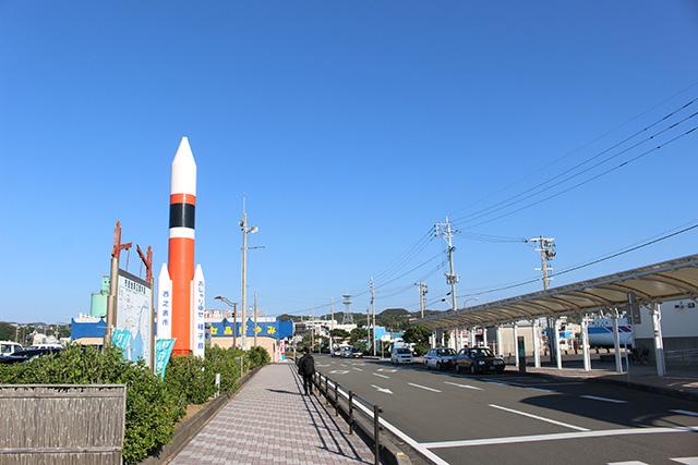 日本でここだけだろう。ロケットがお出迎えする島。
