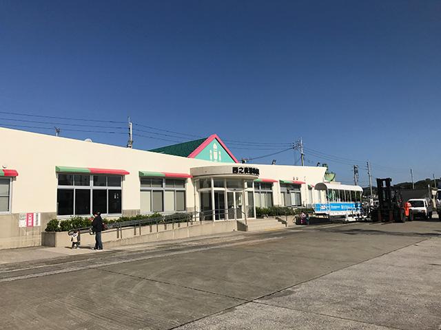 フェリーターミナルの屋根にもロケットが。種子島最高。