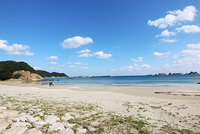 道路脇すぐがこんな海水浴場になってたりする。海が青くてリゾート感すごい。