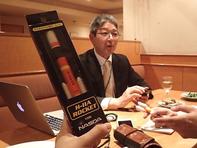 昔からの宇宙好きをアピールしようと持参した、NASDA(現JAXA:宇宙航空研究開発機構の前身)時代のH-ⅡAロケットボールペン。高山さんには「あー、そういうのもあったね」で流された。