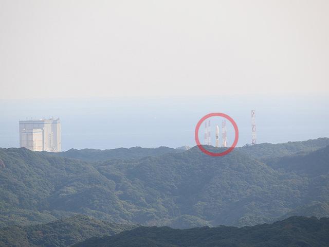 打ち上げ当日の光景。ロケット見えてる!ただし根本は山に隠れているので、メインエンジンが点火する様子は見られない。